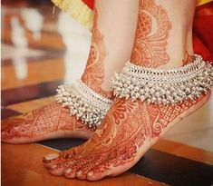 Trending Bridal Indian anklet Ideas - BRIDAL PAYAL designs you'll LOVE for the Big Day Put your best foot forward pick your Indian bridal anklet from stunning bridal payal designs for your big day from our editors pick of bridal jewellery Payal Designs Silver, Silver Anklets Designs, Silver Payal, Anklet Designs, Mehndi Designs, Tatto Designs, Toe Ring Designs, Jewelry Design Earrings, Gold Earrings Designs