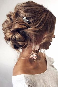 Messy bun for wedding updo. Simple accessories for this beautiful hair updo. Messy bun for wedding updo. Simple accessories for this beautiful hair updo. Wedding Hairstyles For Long Hair, Wedding Hair And Makeup, Down Hairstyles, Messy Wedding Updo, Bridal Updo, Hair Styles For Wedding, Hairstyles 2016, Bride Makeup, Ladies Hairstyles