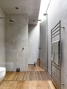 An alternative to the popular but complicated to detail trough drain... just let water drain through slats into the base below! Gallery | Australian Interior Design Awards #alternative