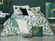 L'imprimé paon cartonne en déco Peacock Bedding, Peacock Room, Jungle Bedroom, Bedclothes, Home Bedroom, Home Interior Design, Comforters, Sweet Home, House Design