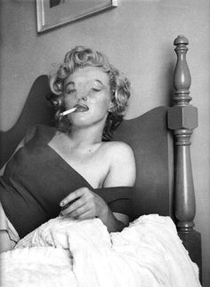 "Marilyn Monroe by 1952 Jock Carroll ~ Marilyn said she wanted Jock to take pics of her while she had to ""learn to smoke"" for the upcoming Niagara film role. Marilyn Monroe Smoking, Arte Marilyn Monroe, Marilyn Monroe Wallpaper, Marilyn Monroe Shoes, Divas, Classic Hollywood, Old Hollywood, Hollywood Stars, Hollywood Actresses"