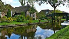 """Giethoorn, Holanda Conhecida como ''Veneza Holandesa"""", Giethoorn é um vilarejo holandês banhado por diversos canais. As gôndolas e pequenos barcos são o principal meio de transporte e as casas com cobertura de sapé dão um charme especial ao local."""