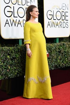 Natalie Portman In Christian Dior – 2017 Golden Globe Awards Maternity Shoot Dresses, Maternity Wear, Maternity Fashion, Pakistani Formal Dresses, Hijab Wedding Dresses, Golden Globe Award, Estilo Natalie Portman, Stylish Tops For Women, Pregnancy Fashion Winter