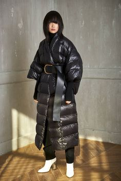 See all the Collection photos from Esau Yori Autumn/Winter 2018 Ready-To-Wear now on British Vogue Langer Mantel, Raincoats For Women, Vogue, Rain Wear, Fashion Over 50, Winter Looks, Mode Style, Streetwear Fashion, Winter Fashion