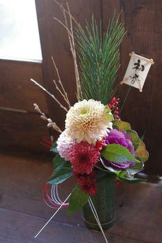 竹の器に松葉、葉牡丹、菊のアレンジ。ひっそりとした明るさがお正月らしいですね。