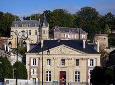 Dreux : Palais de Justice, et en haut, le domaine de la chapelle royale avec ses bâtiments