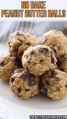 No Bake Peanut Butter Oatmeal Balls An easy, no bake recipe for Peanut Butter Oatmeal Balls. Great energy bites for kids. - NO BAKE PEANUT BUTTER BALLS - these energy balls are so easy to make! Healthy Sweets, Healthy Baking, Healthy Recipes, Healthy Snacks To Buy, Healthy Drinks, Healthy Meals, Delicious Recipes, Protein Snacks For Kids, Healthy College Snacks