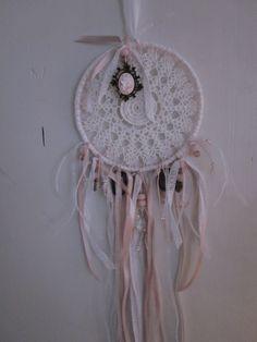 Een dromenvanger gemaakt van een vintage kanten doily met glazen kralen --- Een mooi cadeau of een verfijnde decoratie. €17,50, via Etsy.