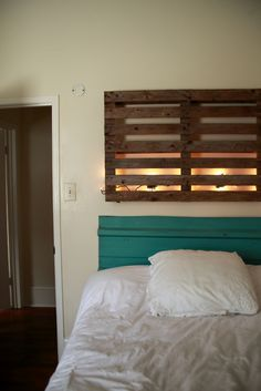 Wooden Pallet Lighted Headboard #DIY #Design