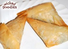 Recipe for spanakopita or spinach pie, flaky Greek pastry triangles encased in puff pastry and filled with spinach, feta cheese, and fresh dill Spinach Feta Pie, Frozen Spinach, Spanakopita Recipe, Greek Pastries, Homemade Pita Bread, Vegetable Stew, Gourmet Recipes, Food Print, Footprint Art
