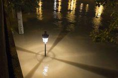 Paris en proie à la crue de la Seine- réverbère à moitié noyé dans l'eau, quai de Bourbon.2 juin 2016