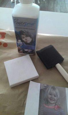 Maak ze zelf een Canvas schilderij. Dit heb je nodig:- canvas doek (xenos)- sponsje - laser print foto (evt. Eerst spiegelen)-powerrint lijm ( hobby winkel) Zo maak je het: Spiegel je foto en print hem uit met een laser printer (copyshop).Doe een laag lijm met het sponsje op het canvas en de foto.Druk stevig aan. Droog 10 min. met een föhn.Haal papier er voorzichtig af met een schoon vochtig sponsje.Evt. kan je er nog een foto bij doen of er iets leuks op schrijven.Seal met nog een laag lijm