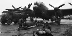 Ground crews refuelling and bombing up an Avro Lancaster of No 75 (New Zealand) Naval History, Us History, The Blitz Ww2, Military Videos, Lancaster Bomber, British Armed Forces, Afghanistan War, Ww2 Planes, Royal Marines