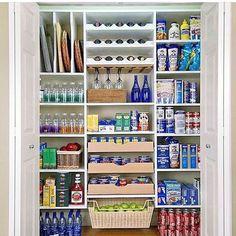 Dica de organização da cozinha: deixe todos produtos do mesmo tipo juntos. Use caixas e cestos organizadores para coisas menores. 👏👏😍☉Bom diaaaaaa…☉☉ Veja + no blog www.construindominhacasaclean.com👌 @construindominhacasaclean...
