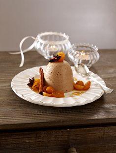 Ein Parfait krönt jedes Weihnachtsmenü und ist auch optisch ein Genuss! Verschiedene Formen und Soßen machen das Lebkuchenpafait zu einem kleinen Kunstwerk.