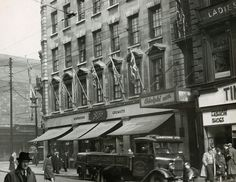 Boots Corner, Union Street at Argyle Street & Jamaica Street, Glasgow in The corner was a popular meeting place Scotland History, Glasgow Scotland, Argyle Street, Nostalgic Pictures, Black And White City, The Second City, Paris, Best Cities, Old Photos