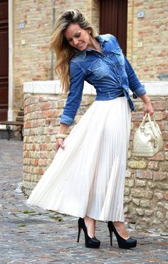 Pleated skirt outfit idea Wear a pleated maxi skirt with a denim shirt and black suede platform heels. Long Pleated Maxi Skirt, Pleated Skirt Outfit, Dress Skirt, Maxi Skirts, Modest Clothing, Modest Outfits, Modest Fashion, Top Mode, Swagg