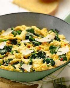 A delicous scrambled egg as breakfast or brunch, healthy and keto. With spinach, hot pepper and parmesan cheese, add some cream to your eggs and voila! Low Carp, Vegetarian Recipes, Healthy Recipes, Good Food, Yummy Food, Easy Cooking, Cooking Recipes, Lunch Snacks, Food Inspiration