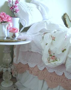 Layered lace and linen bedding cottage style shabby chic* Rose Cottage, Shabby Chic Cottage, Shabby Chic Homes, Romantic Cottage, Cottage Style, Shabby Chic Style, Shabby Chic Decor, Casa Mimosa, Country Look