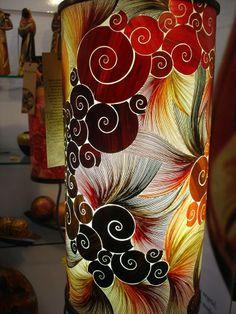 """Colombia Art  Architecture Enchapado de tamo: """"técnica artesanal consistente en el uso de delgadas láminas vegetales coloreadas obtenidas de la paja de cereales como el trigo, con las cuales se cubren superficies de objetos de madera formando dibujos y figuras..."""""""