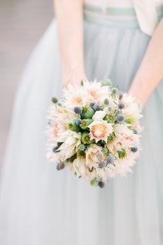 zarter Brautstrauß zum Brautkleid mit grau blauem Tüllrock in 7/8 Länge