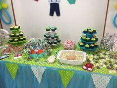 Mesa de babyshower, deliciosos cupcakes, masmelos y chocolatinas.