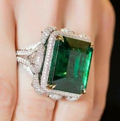 Exceptional gems and jewels and excellence of craftsmanship. Emerald Ring Vintage, Wedding Rings Vintage, Emerald Jewelry, Gems Jewelry, I Love Jewelry, Bridal Jewelry, Fine Jewelry, Jewelry Design, Jewellery Box
