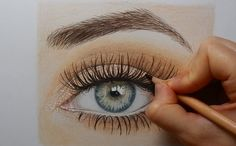 Drawing a realistic eye with colored pencils (TimeLapse)