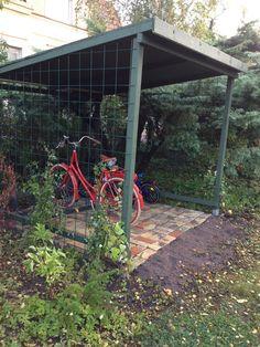 Vi skulle städa upp på gården. Jag började med att ta tag i en av barnens cyklar som låg lutad mot trappan och...ja, vart sjutton skulle jag...