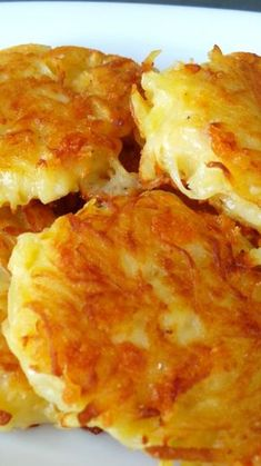 These crispy cheesy hash browns are absolutely delicious, and so simple to make - they'll be on your plate for breakfast in no time. Recipes Crispy Cheesy Hash Browns - The Land Before Thyme Cheesy Hashbrowns, Cheesy Hashbrown Potatoes, Cheese Potatoes, Potato Cakes, Potato Dishes, Potato Recipes, Cheesy Recipes, Frozen Hashbrown Recipes, Dishes Recipes