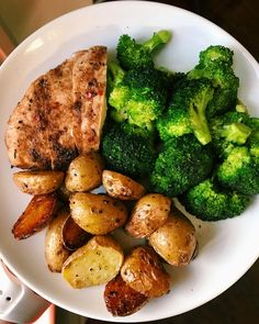 Winna Winna chicken dinna & its truly a winna because this meal only took 30 minutes & one pan to make. Healthy Meal Prep, Healthy Snacks, Healthy Eating, Healthy Recipes, Whole30 Recipes, Menu Leger, Clean Recipes, Cooking Recipes, Crockpot Recipes