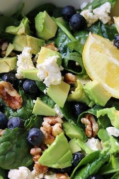 Recept: Gezonde spinaziesalade met blauwe bessen en feta