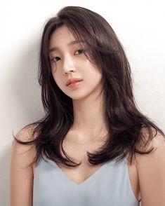 Hair cuts popular haircuts trending hairstyles 23 Ideas for 2019 Korean Medium Hair, Medium Hair Cuts, Medium Hair Styles, Curly Hair Styles, Medium Curls, Hair Fringe Styles, Korean Wavy Hair, High Ponytail Hairstyles, Straight Hairstyles