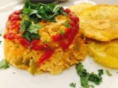 Colombian Arroz con Pollo or Chicken with Rice Pollo Chicken, Chicken Rice, Lunch Places, Fast Food Chains, One Pot Meals, Green Beans, Risotto, Yummy Food, Stuffed Peppers