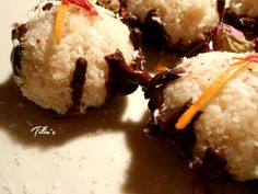 Kokos Schoko Kuppeln - raw coconut balls with chocolat cream Coconut Balls, Raw Coconut, Kermit, Food And Drink, Ice Cream, Desserts, No Churn Ice Cream, Tailgate Desserts, Postres