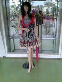als je jurk tekort is....verlengen met bloemen haha