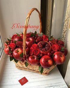 Edible Fruit Arrangements, Edible Bouquets, Fruit Flower Basket, Fruit Flowers, Apple Centerpieces, Christmas Centerpieces, Amazing Food Decoration, Fruit Hampers, Vegetable Bouquet