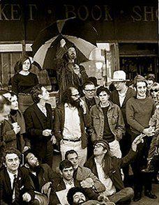 Allen Ginsberg, Gary Snider, Gregory Corso, Lawrence Ferlinguetti e agregados em frente a City Lights Book Store, São Francisco - CA.