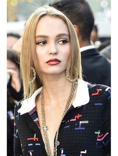 Le prochain produit de beauté que Lily-Rose Depp aimerait découvrir : un gloss qui ne colle pas aux cheveux