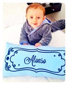 Alonso con su Almohadita personalizada.