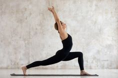 Abnehmen durch Yoga ist gesund, effektiv und perfekt für zuhause. Hier zeigen wir dir die 8 besten Yoga Übungen zum Abnehmen und erklären dir, warum diese Asanas den Fettabbau fördern. Fitness Workouts, Yoga Fitness, Health Fitness, Minka, Yin Yoga, Yoga Routine, Pilates, Healthy Lifestyle, Abs