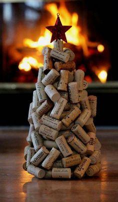 Sem ideias de como decorar a mesa no Natal? Que tal essa árvore feita com rolhas de vinho!