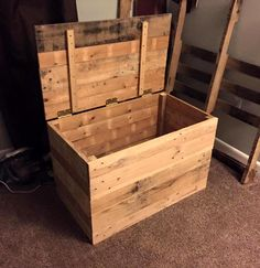Pallet Chest - Pallet Toy Storage Box - 45 Easiest DIY Projects with Wood Pallets, You Can Build - Page 2 of 5 - Easy Pallet Ideas Wooden Pallet Projects, Wooden Pallet Furniture, Wooden Pallets, Diy Furniture, Pallet Wood, Outdoor Pallet, Bedroom Furniture, Pallet Boxes, Upcycled Furniture