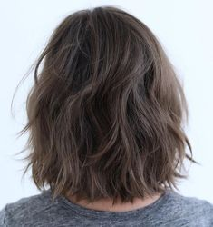 60 Messy Bob Hairstyles for Your Trendy Casual Looks Brunette Bob with Feathered La. Bob Hairstyles Brunette, Blonde Bob Haircut, Messy Bob Hairstyles, Korean Hairstyles, Men Hairstyles, Wavy Bob Haircuts, Lob Haircut, Celebrity Hairstyles, Wedding Hairstyles