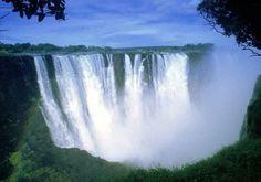 A pesar de tener menos prensa que los famosos saltos de agua del Niagara y del Iguazu las cataratas Victoria no se quedan atras en cuanto a majestuocidad y belleza. Situadas en la linea divisoria entre Zimbawe y Zambia en Africa.