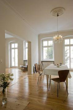 Altbauwohnungen einen modernen Anstrich verleihen! So liebevoll wurde die im Jahr 2007 fertiggestellte Dreizimmerwohnung mit Stuck und Dielenboden von den Nickel Architekten saniert.