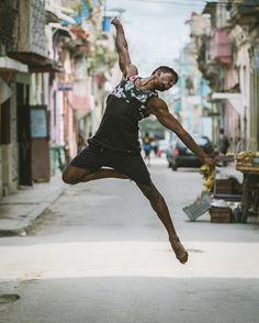 O fotógrafo Omar Robles tem mais de 200 mil seguidores no Instagram, e esse número só tende a crescer, já que a sua nova série de fotografias com alguns dos melhores bailarinos do mundo nas