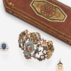 BRACELET D'EPOQUE ROMANTIQUE centré d'un médaillon orné d'un bouquet de fleurs émaillé, épaul