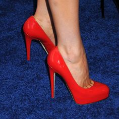 Red platform pumps. Tacchi Close-Up #Shoes #Tacones #Heels