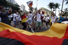 Argentinos, alemães e brasileiros confraternizam em Copacabana - Rio - O Dia
